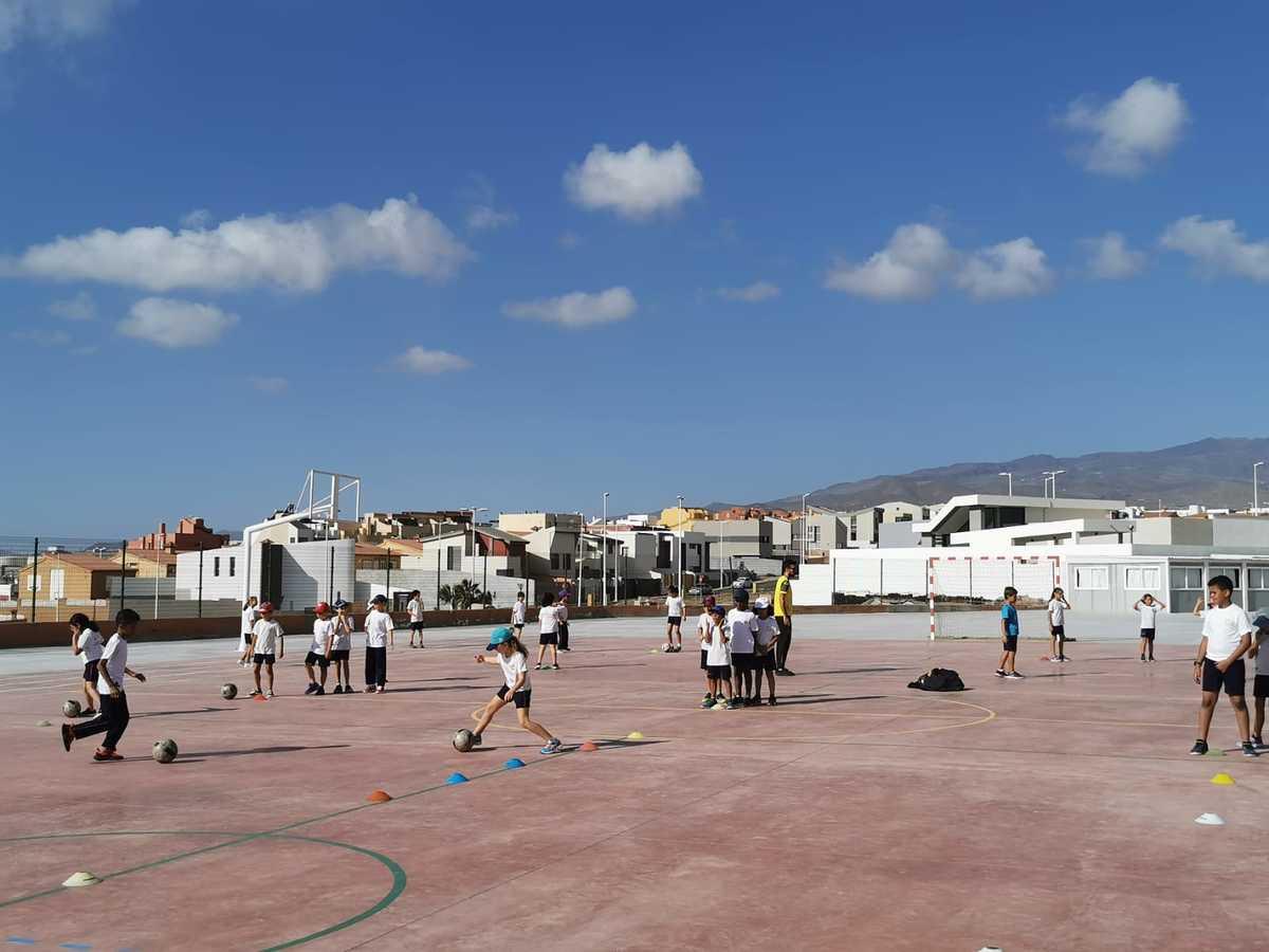 Niños jugando al fútbol en el Liceo